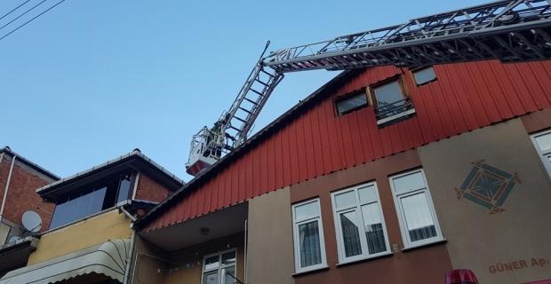 Binanın çatısı alev alev yandı
