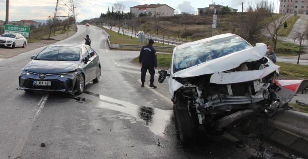 İki otomobil çarpıştı, anne ve çocukları yaralandı