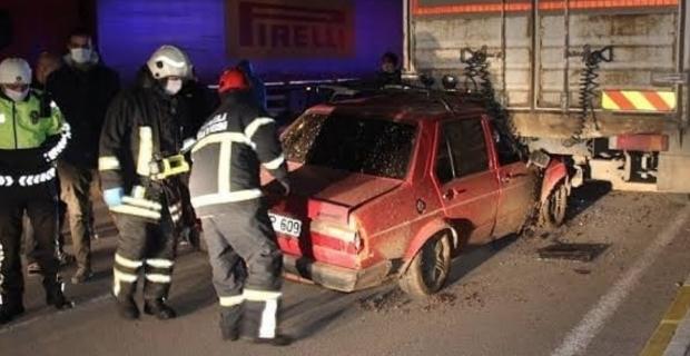 Otomobil kamyonun altına girdi: 1 yaralı