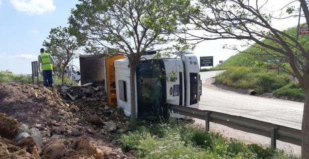 Frenleri patlayan hafriyat kamyonu devrildi: 1 yaralı