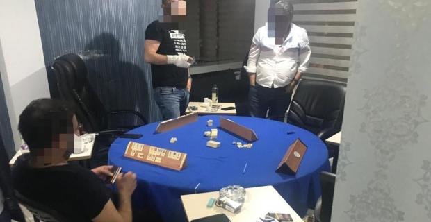 Ruhsatsız iş yerinde oyun oynarken polise yakalandılar