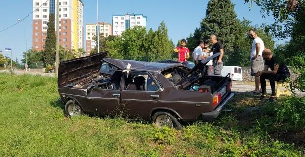 Elektrik direğine çarpan otomobil şarampole yuvarlandı: 2 yaralı