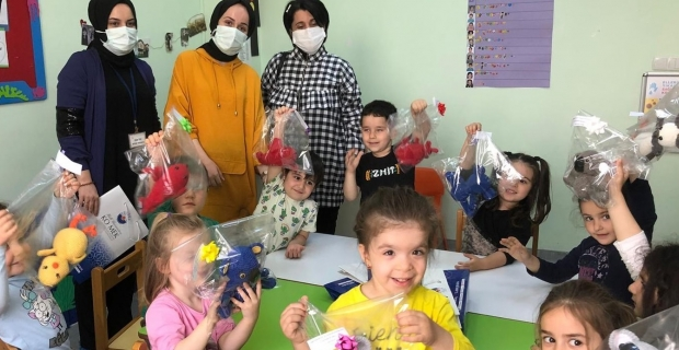 Sağlık çalışanlarının çocuklarına KO-MEK'ten karne hediyesi