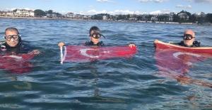 Al bayrağı mavi sularda dalgalandırdılar
