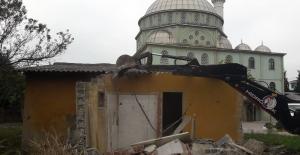 Körfez ilçede metruk binalar yıkılıyor
