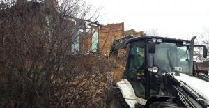 Körfez'de, metruk ve hasarlı binalar yıkılıyor