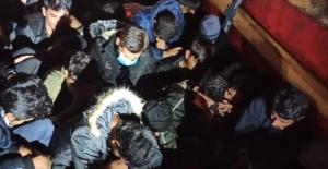 Kamyonetin kasasında 61 göçmen yakalandı