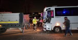 Özel halk otobüsü tıra çarptı: 6 yaralı