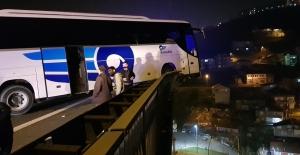 Yolcu otobüsü viyadükte asılı kaldı: 6 yaralı