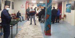 Dernek binasında kumar oynarken polise yakalandılar