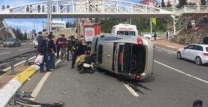 Otomobil bariyerlere çarpıp devrildi: 1 yaralı