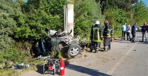 Otomobil elektrik direğine çarptı: 1 ölü 1 yaralı